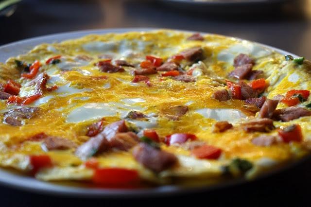 Omlet z papryką, szczypiorkiem i chudą kiełbasą