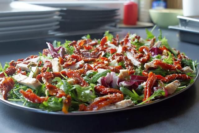 DSC04060 - Sałatka z grillowanym kurczakiem, suszonymi pomidorami i rukolą :)