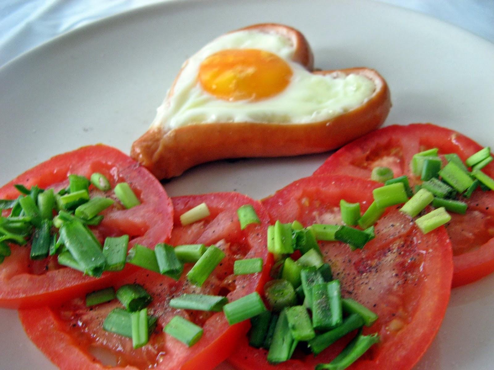 Śniadaniowe serduszka z parówki i jajka