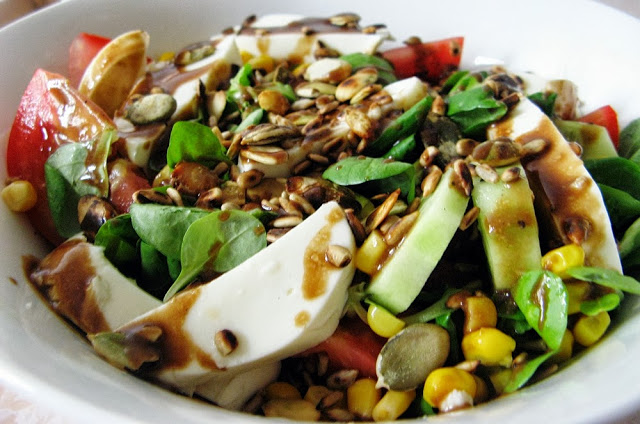 Sałatka z mozzarellą i pestkami dyni
