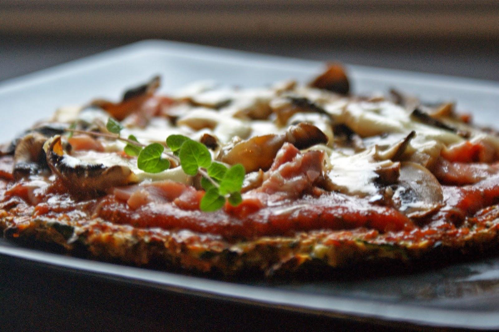 Niskowęglowodanowa pizza na cukiniowym spodzie (bez mąki)