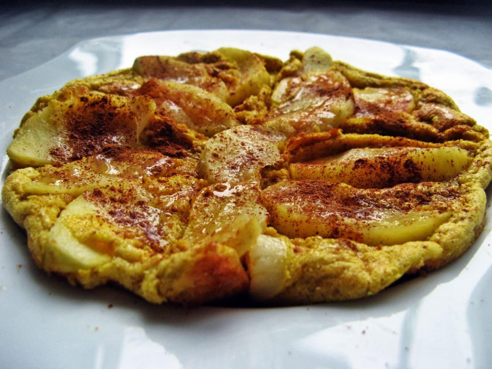 Szarlotka z patelni, czyli omlet biszkoptowy z jabłkiem i cynamonem