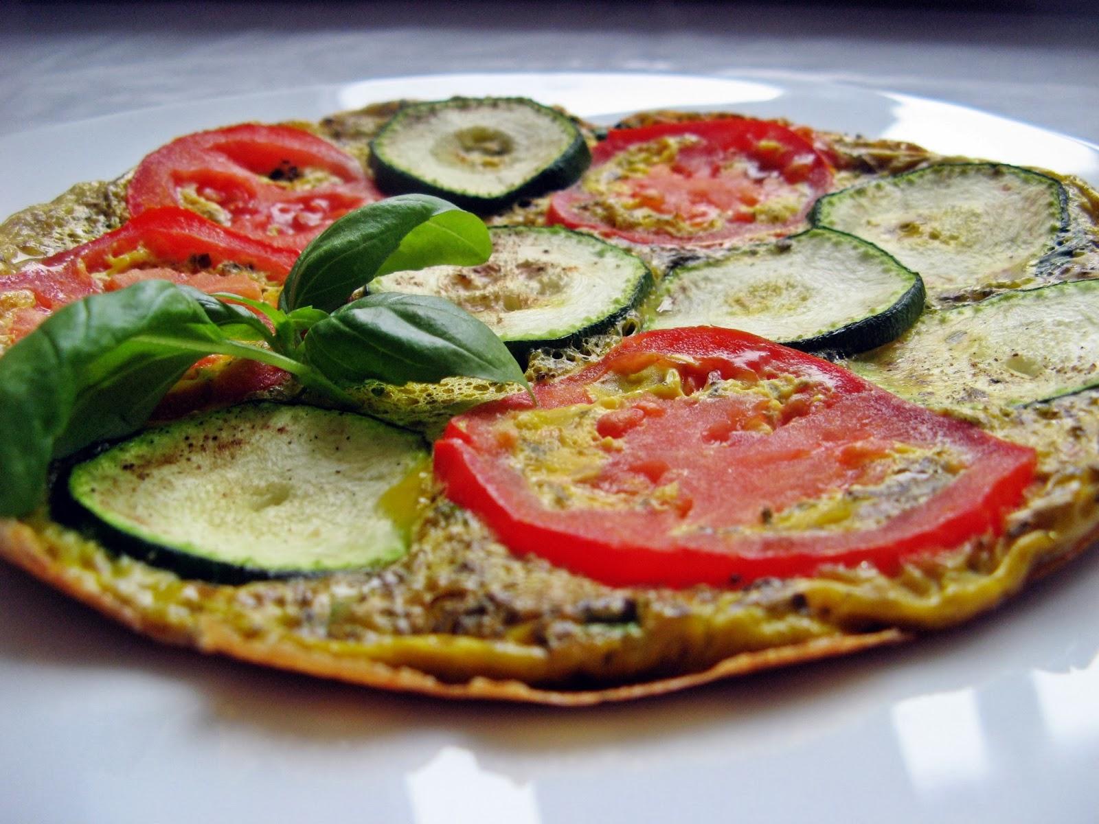 Omlet z cukinią, pomidorami i ziołami prowansalskimi