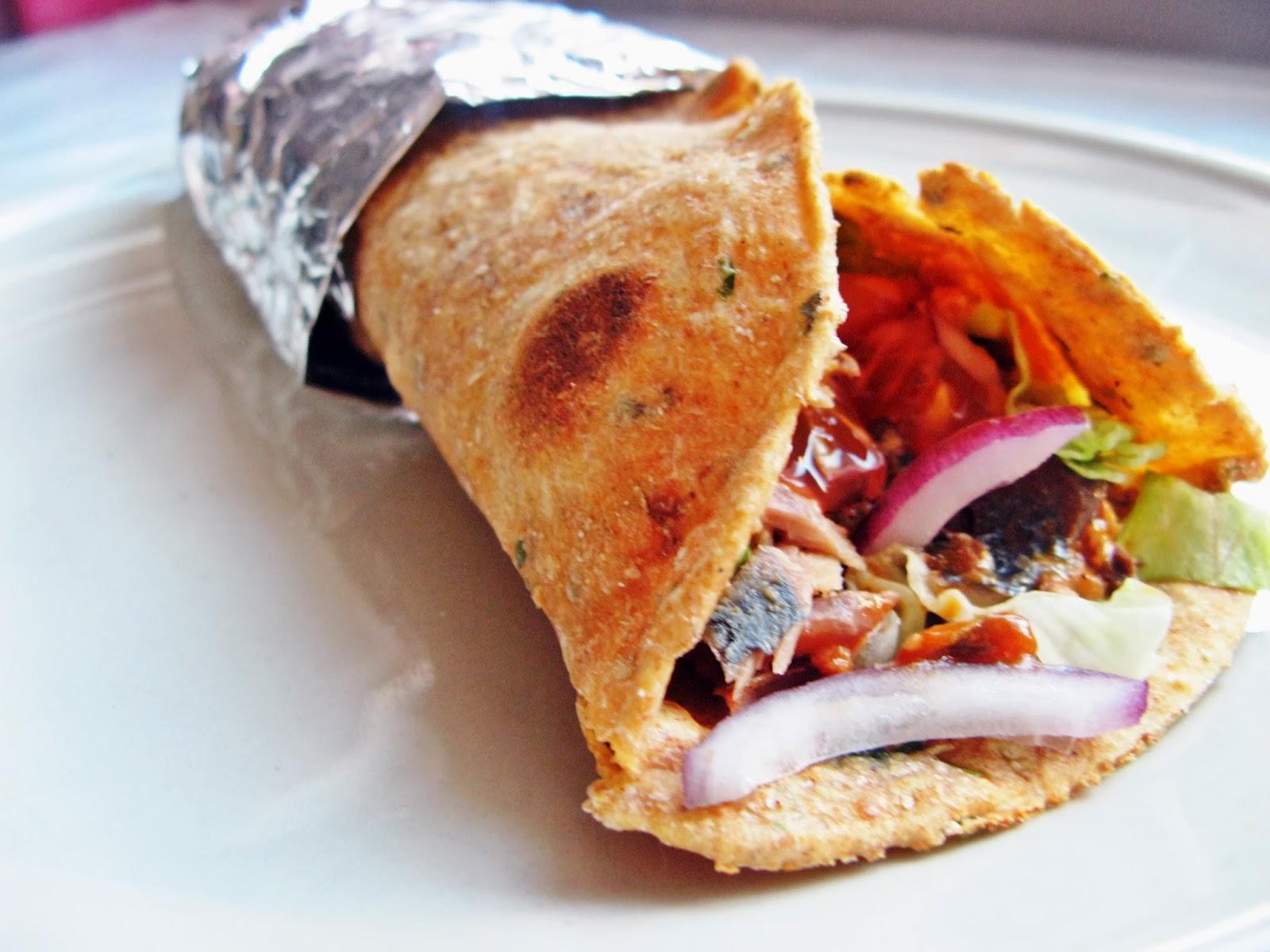 Domowa pełnoziarnista paprykowo-pomidorowa tortilla z makrelą