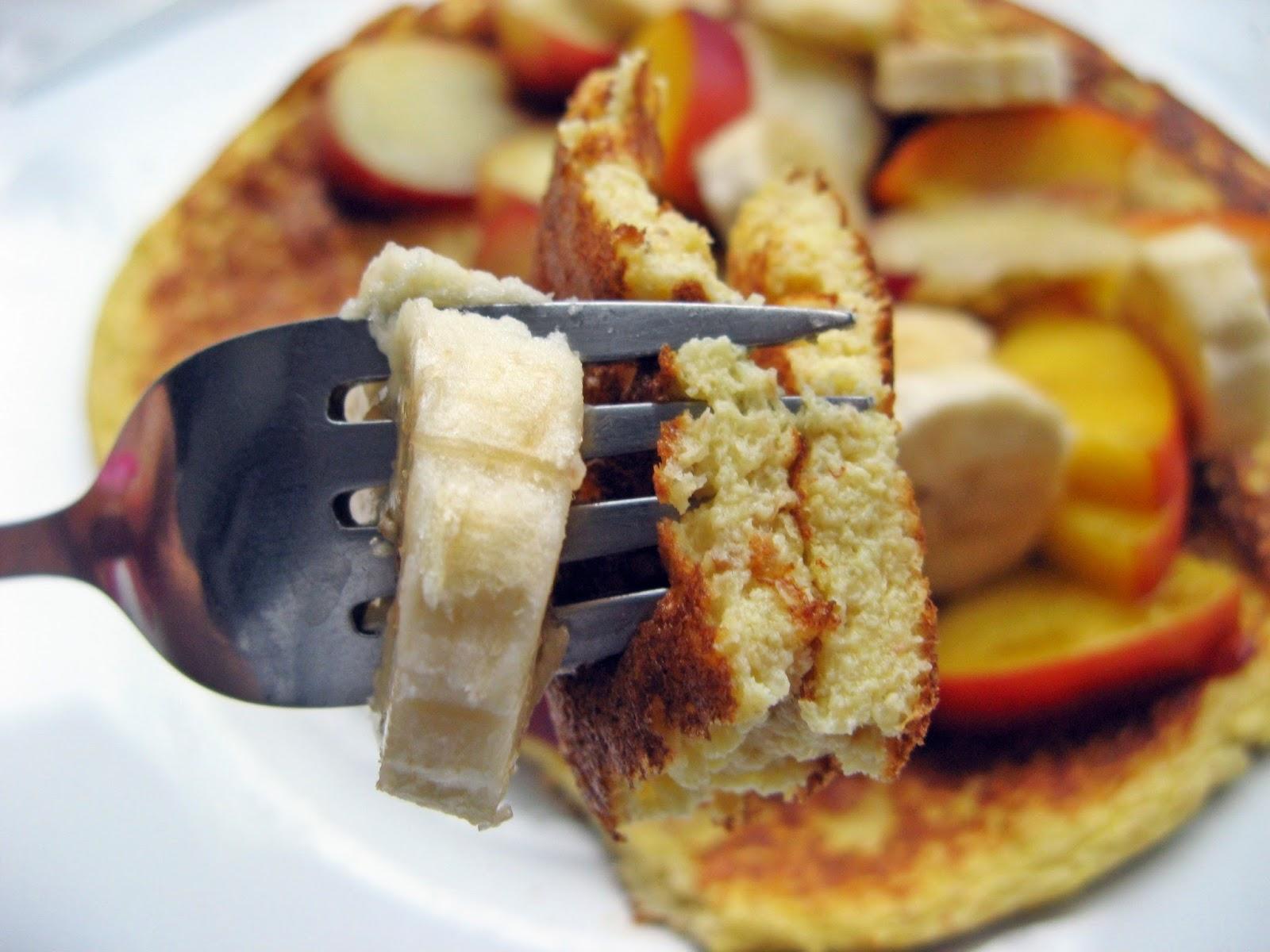 Amarantusowy omlet z owocami