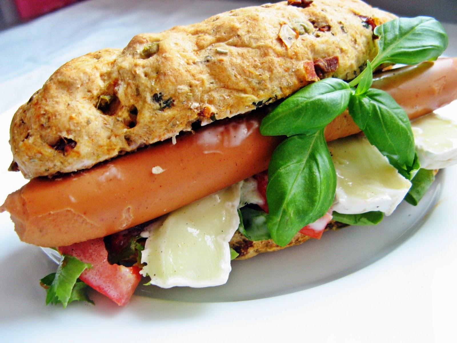 Domowy wegetariański hot dog z camembertem