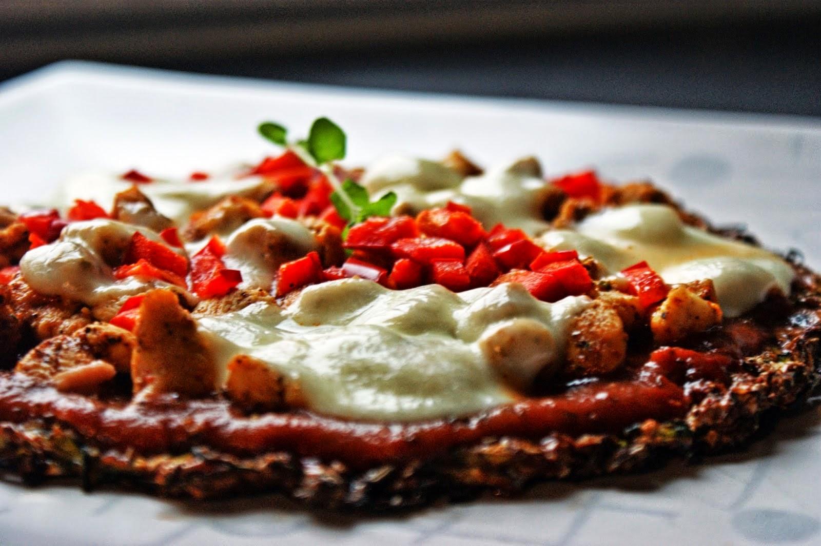Niskowęglowodanowa pizza na cukiniowym spodzie z kurczakiem, papryką i mozzarellą