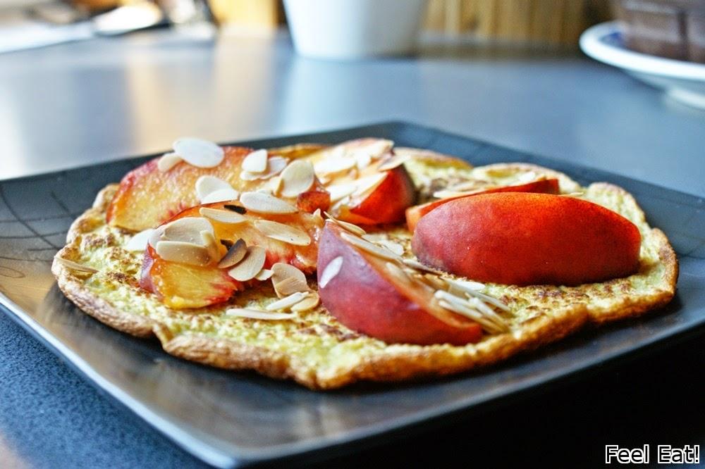 DSC06045 - Amarantusowy omlet z brzoskwinią i prażonymi płatkami migdałowymi
