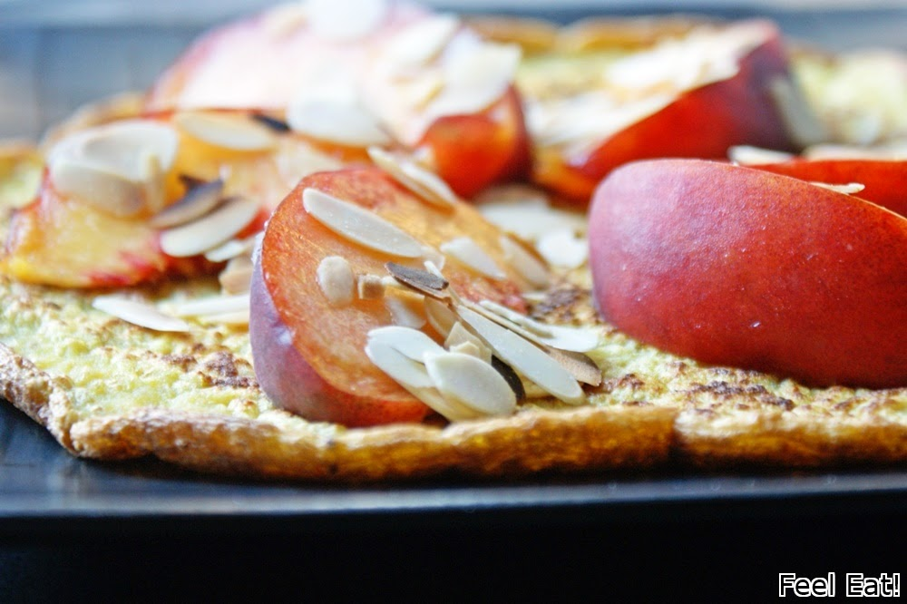 Amarantusowy omlet z brzoskwinią i płatkami migdałowymi