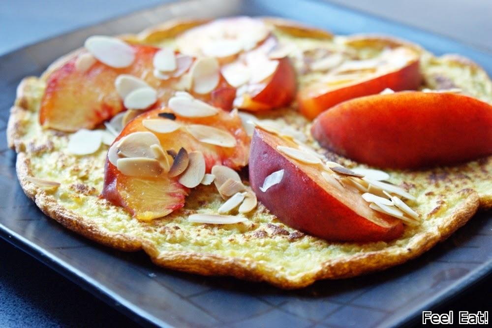 Amarantusowy omlet z brzoskwinią i prażonymi płatkami migdałowymi