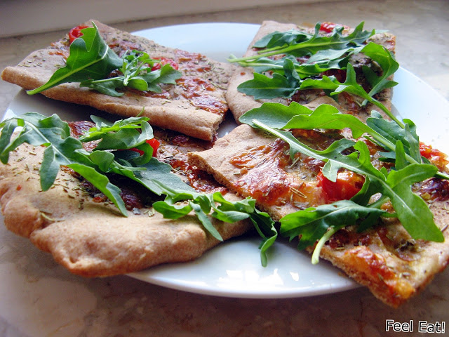 Orkiszowa pełnoziarnista focaccia z pomidorami i mozzarellą