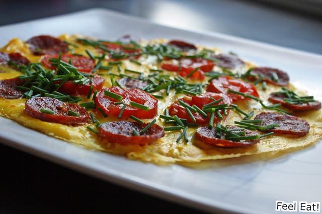 Omlet z kiełbasą chorizo, pomidorem i szczypiorkiem