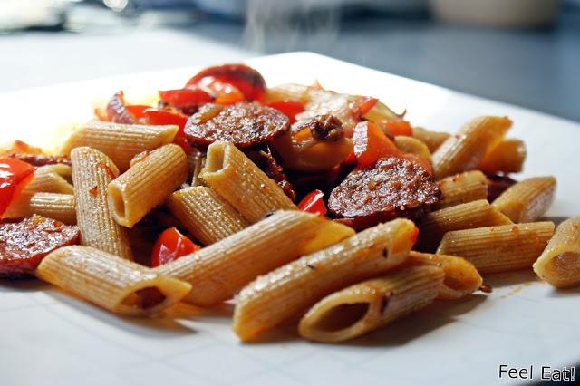 Pełnoziarnisty makaron z chorizo i warzywami