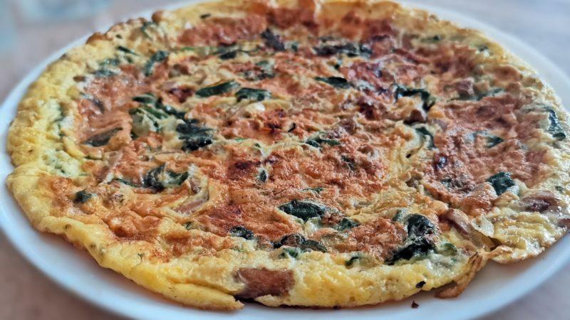 Omlet z kurkami i szpinakiem – dieta ketogeniczna