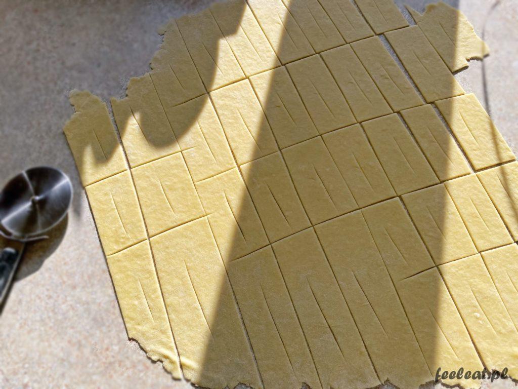 Faworki z piekarnika - rozwałkowane ciasto na pieczone chrusty