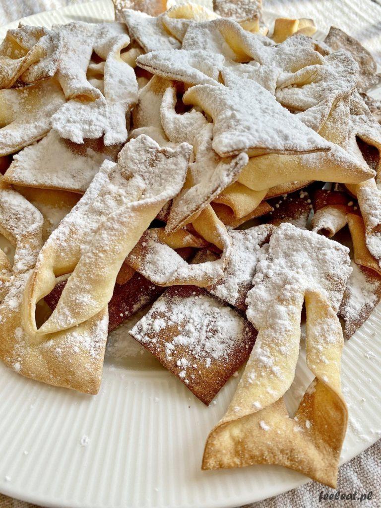 Faworki z piekarnika - pieczone chrusty posypane cukrem pudrem