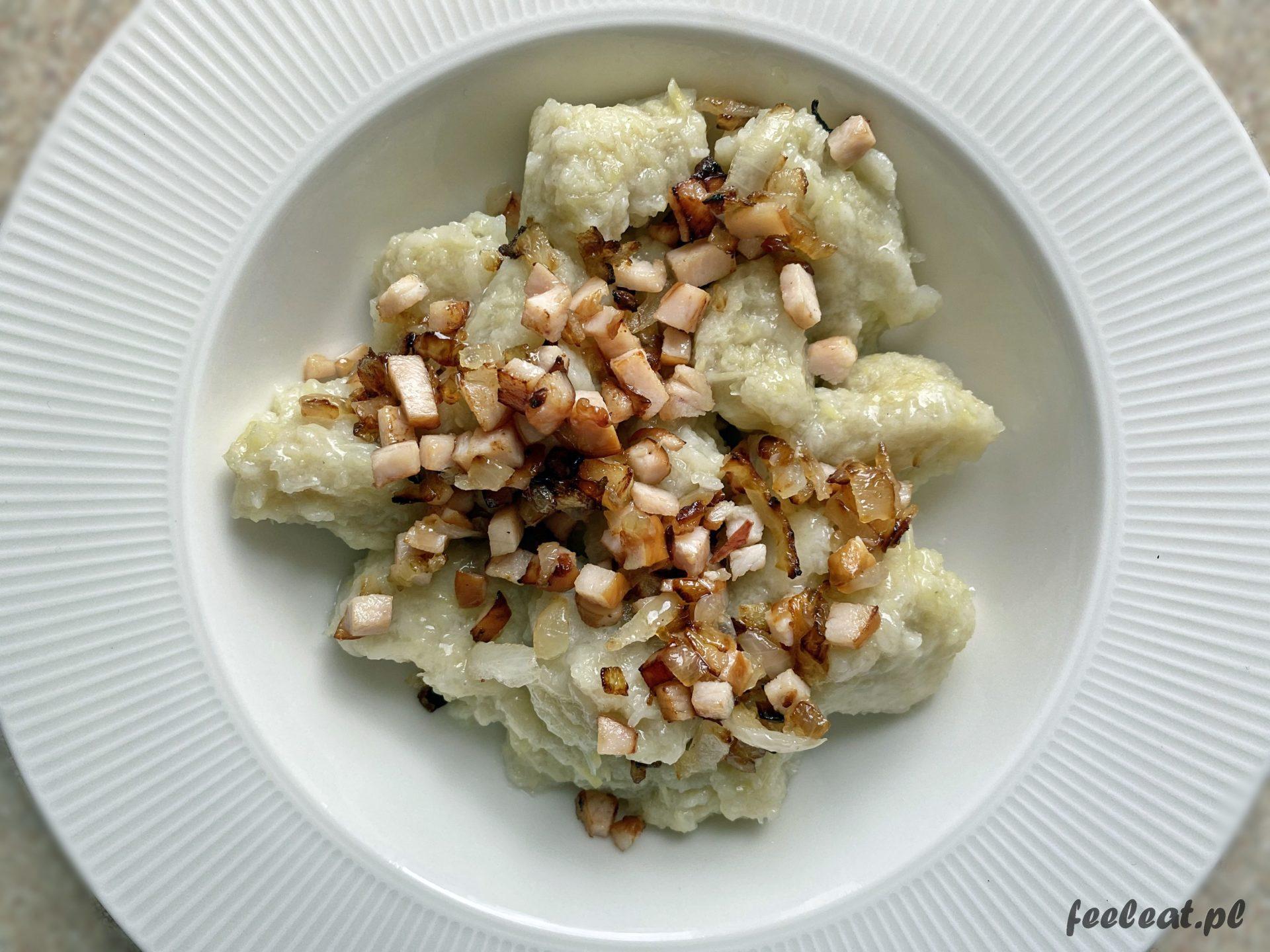Szare kluski z okrasą z wędzonej piersi z kurczaka. Przepisy z ziemniakami.